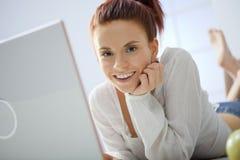 Ung kvinna med datoren. Royaltyfri Bild