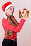 Ung kvinna med den öppna gåvaasken Royaltyfria Bilder