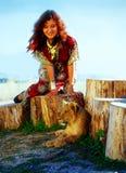Ung kvinna med den dekorativa klänningen och den guld- juveln Arkivbild