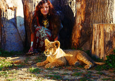 Ung kvinna med den dekorativa klänningen och den guld- juveln Arkivfoton