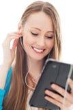 Ung kvinna med den digitala tableten Fotografering för Bildbyråer