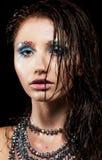 Ung kvinna med den härliga framsidan och vått hår Royaltyfria Bilder