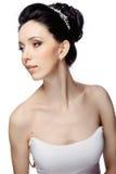 Ung kvinna med den härliga frisyren som isoleras på vit studiobakgrund Royaltyfri Bild