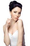 Ung kvinna med den härliga frisyren som isoleras på vit studiobakgrund Royaltyfria Bilder