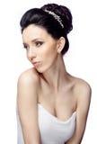 Ung kvinna med den härliga frisyren som isoleras på vit studiobakgrund Royaltyfri Foto