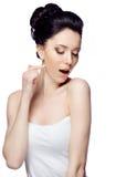 Ung kvinna med den härliga frisyren som isoleras på vit studiobakgrund Royaltyfri Fotografi