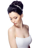 Ung kvinna med den härliga frisyren som isoleras på vit studiobakgrund Royaltyfria Foton