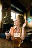 Ung kvinna med den halv literen av öl Royaltyfri Fotografi