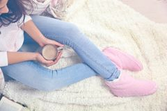 Ung kvinna med den hemmastadda koppen kaffe royaltyfri foto