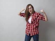 Ung kvinna med den kontrollerade skjortan som uttrycker aggresion Fotografering för Bildbyråer