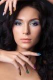 Ung kvinna med den modesmink och manicuren Royaltyfria Bilder