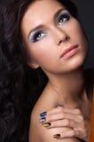 Ung kvinna med den modesmink och manicuren Arkivfoton