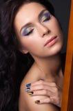 Ung kvinna med den modesmink och manicuren Fotografering för Bildbyråer