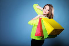 Ung kvinna med den pappers- mång- färgade shoppingpåsen Royaltyfri Bild