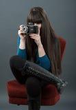 Ung kvinna med den retro kameran Royaltyfria Bilder