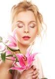 ung kvinna med den rosa liljan arkivfoton