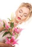 ung kvinna med den rosa liljan royaltyfri foto