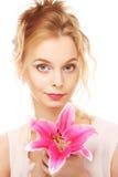 ung kvinna med den rosa liljan arkivbilder