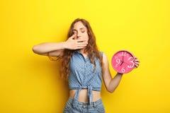 Ung kvinna med den runda klockan Fotografering för Bildbyråer