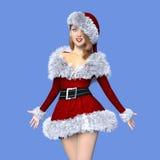 Ung kvinna med den Santa Claus dräkten Royaltyfria Bilder