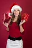 Ung kvinna med den Santa hatten och gåvan Royaltyfria Bilder