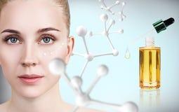 Ung kvinna med den stora vita molekylkedjan Fotografering för Bildbyråer