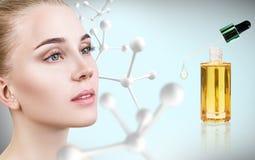 Ung kvinna med den stora vita molekylkedjan Royaltyfri Fotografi
