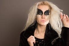 Ung kvinna med den svarta maskeringen på hennes framsida Royaltyfria Foton