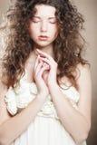 Ung kvinna med den vita klänningen Royaltyfri Fotografi