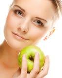 Ung kvinna med det gröna äpplet royaltyfri fotografi