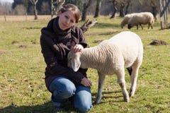 Ung kvinna med det lilla lammet Fotografering för Bildbyråer