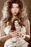 Ung kvinna med dockan Arkivfoton