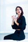 Ung kvinna med doft royaltyfria bilder