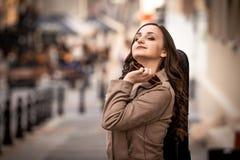 Ung kvinna med drömmar för ett fiolfall royaltyfri fotografi