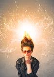 Ung kvinna med driftigt exploderande rött hår royaltyfria foton