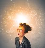 Ung kvinna med driftigt exploderande rött hår arkivbilder