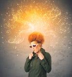 Ung kvinna med driftigt exploderande rött hår fotografering för bildbyråer