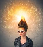 Ung kvinna med driftigt exploderande rött hår royaltyfri fotografi