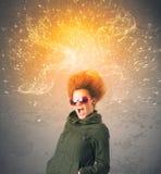 Ung kvinna med driftigt exploderande rött hår arkivfoto