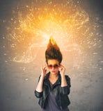 Ung kvinna med driftigt exploderande rött hår arkivbild