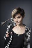 Ung kvinna med en armborst Arkivfoton