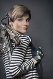 Ung kvinna med en armborst Royaltyfri Fotografi