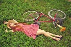 Ung kvinna med en cykel Royaltyfri Foto