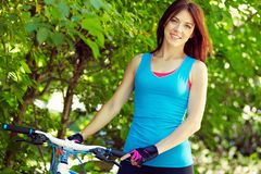 Ung kvinna med en cykel Royaltyfri Bild