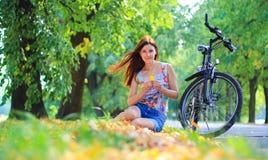 Ung kvinna med en cykel Royaltyfri Fotografi