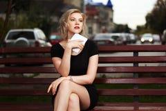 Ung kvinna med en digital tabletdator Arkivbild