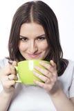 Ung kvinna med en grön kopp Royaltyfria Bilder