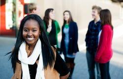 Ung kvinna med en grupp av vänner fotografering för bildbyråer