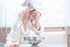 Ung kvinna med en handduk på huvudtvagningframsida med vatten i morgonen Begrepp av hygien och omsorg för huden arkivbild