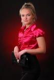 Ung kvinna med en handväska Arkivbild